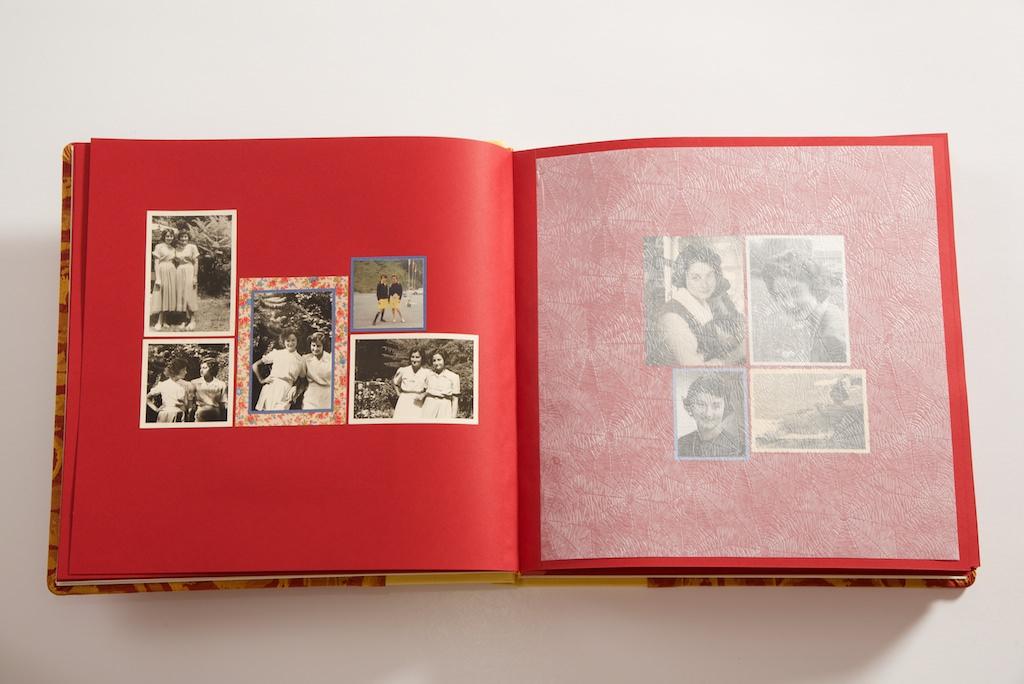 אלבום בהדבקה מעוצב בעבודת יד תמונות מתקופת האוניברסיטה בג׳נבה