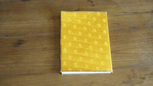 מחברת עטפה בד צהוב מבריק