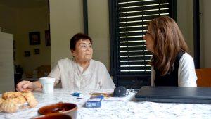 סבתא שרה וביוגרפית בפגישת לקוחות