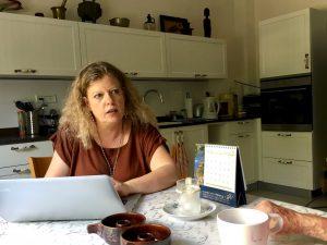 עיתונאית ותחקירנית בפגישה ראשונה עם לקוחה בחיפה