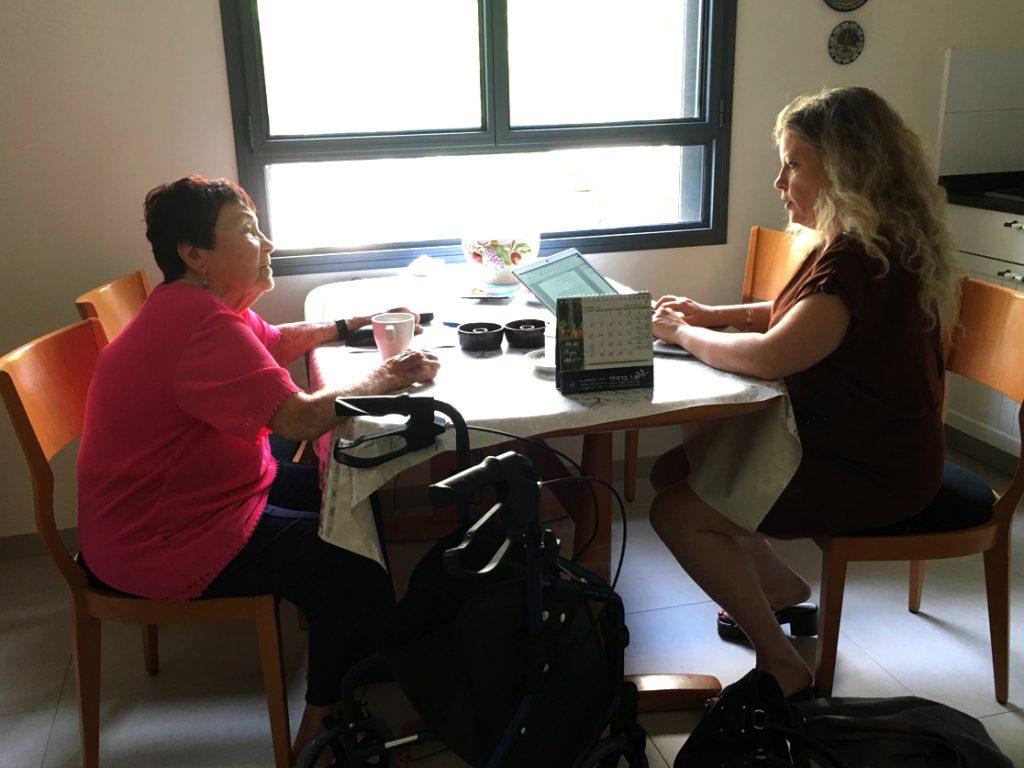 ביוגרפית תמר רותם מתחקרת בפגישה ראשונה לקוחה