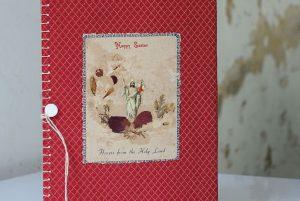 מחברת חלקה אדומה עם כרטיס איסטר וכפתור