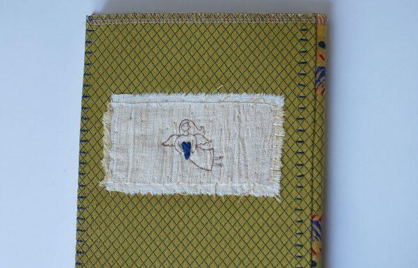 מחברת חלקה עם כריכה צהובה ופייה עם לב כחול