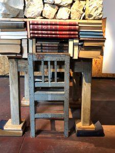 שולחן שעליו ספרים בלי סוף
