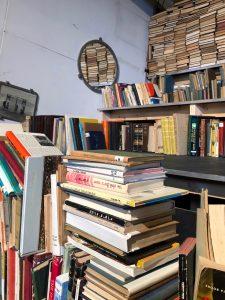 מדפים עמוסים ספרים