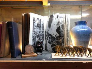 מדף ספרים באוירה ישראלית