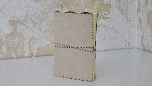 מחברת עם דפים חלקים מחופה בבד עם דוגמא