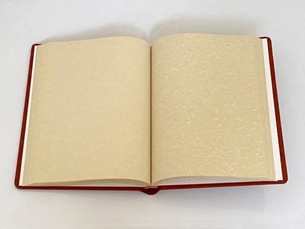 ספר אורחים כרוך בבד חמרה