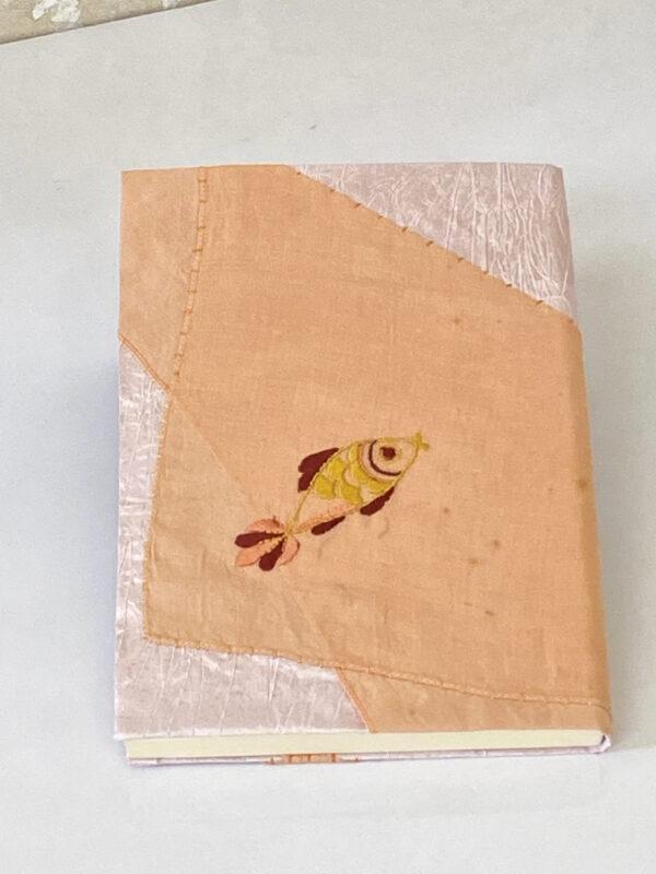 מחברת ורודה עם רקמה של דג