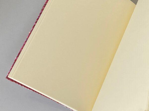 ניירות חלקים במחברת עטופה בבד צבעוני פסים