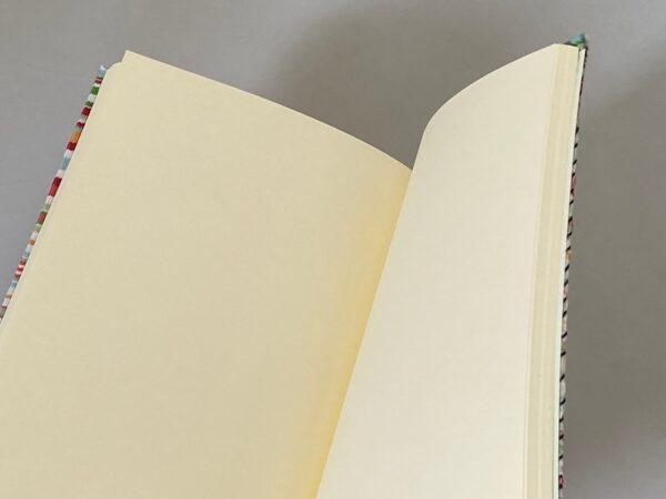 דפים חלקים במחברת עטופה בבד ברזנט כמו כסא ים של פעם