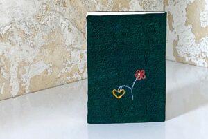 בד ירוק ופרח עם לב