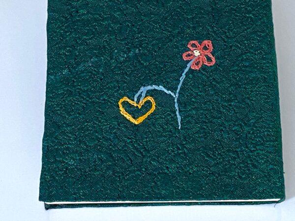 רקמה של פרח ולב לשמור על כיוון הפתיחה
