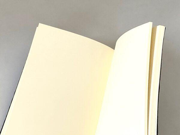 דפים חלקים במחברת ירוקה