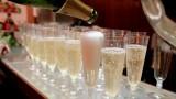 בכניסה לחתונה - עדיף עם שמפניה ביד